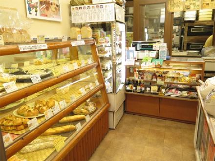狭い店内ですがご来店をお待ちしております。